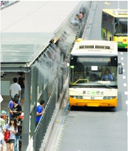 Temperature reduction spraying system for bus stop